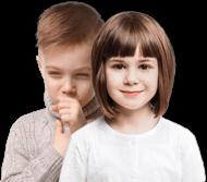 Усмихнато момиче стои пред момче с влажна кашлица